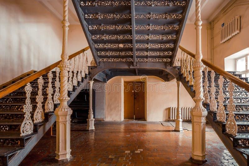 Planche las escaleras hermosas del vintage en la mansión vieja Barandilla adornada del hierro labrado imagenes de archivo