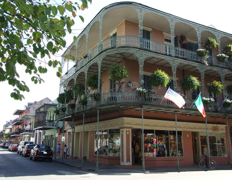 Planche los balcones del cordón en la esquina de real y de St Philip Street - barrio francés, New Orleans fotografía de archivo libre de regalías