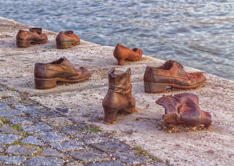 Planche los zapatos conmemorativos a WW2 ejecutado gente judía en Budapest, Hungría fotografía de archivo libre de regalías