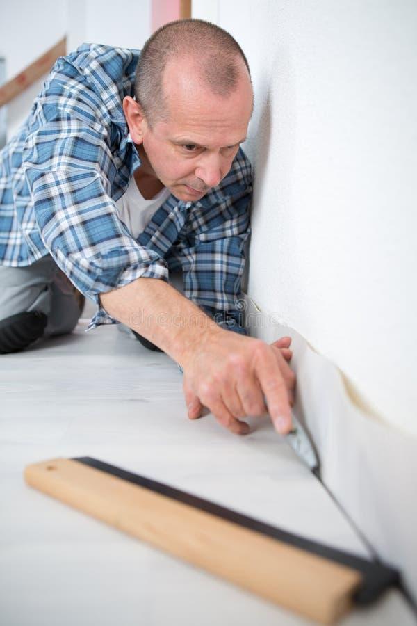Plancher convenable de carreleur de travailleur industriel de constructeur images stock