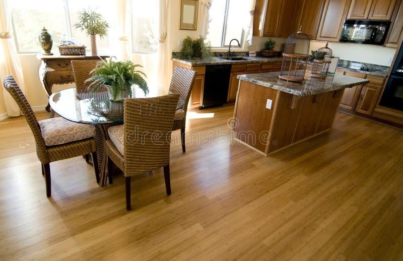 Plancher de bois dur dans la maison ouverte de plan photographie stock