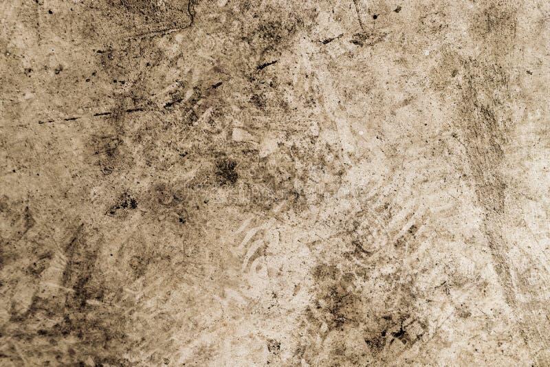 Plancher de ciment avec la saleté d'impression de pied de voie de pneus photo libre de droits