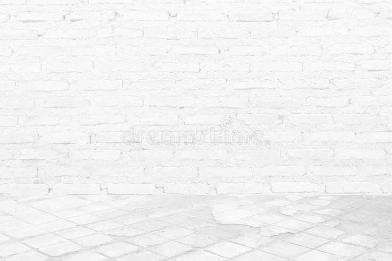 Plancher de ciment blanc avec le fond de texture de mur de briques photographie stock libre de droits