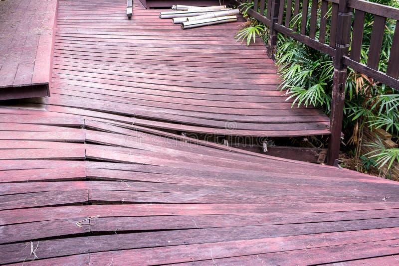 Plancher de maison en bois de dommages, plancher en bois de maison de ruine image stock