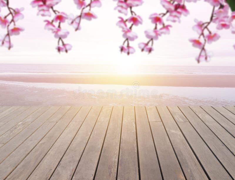 Plancher en bois avec l'éclat du soleil sur la plage images stock