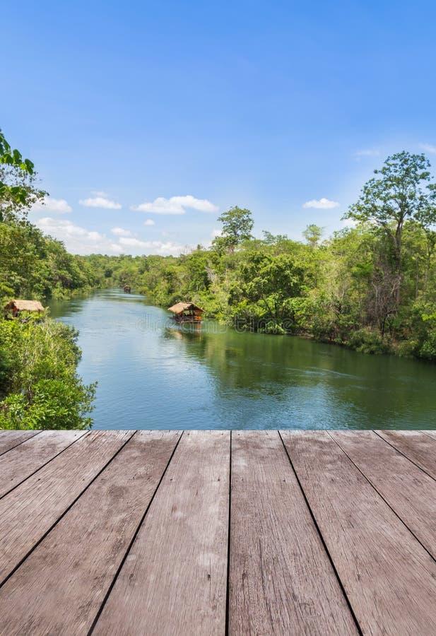 Plancher en bois de terrasse de balcon avec la hutte en bambou de radeau flottant en rivière image stock