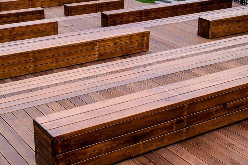 Plancher en bois naturel et bancs de cinéma en plein air image stock