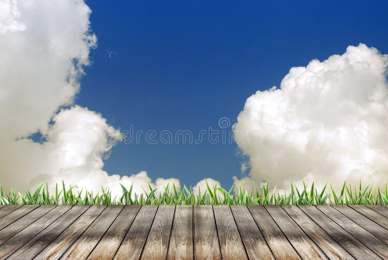 Plancher en bois vide et fond nuageux photographie stock libre de droits