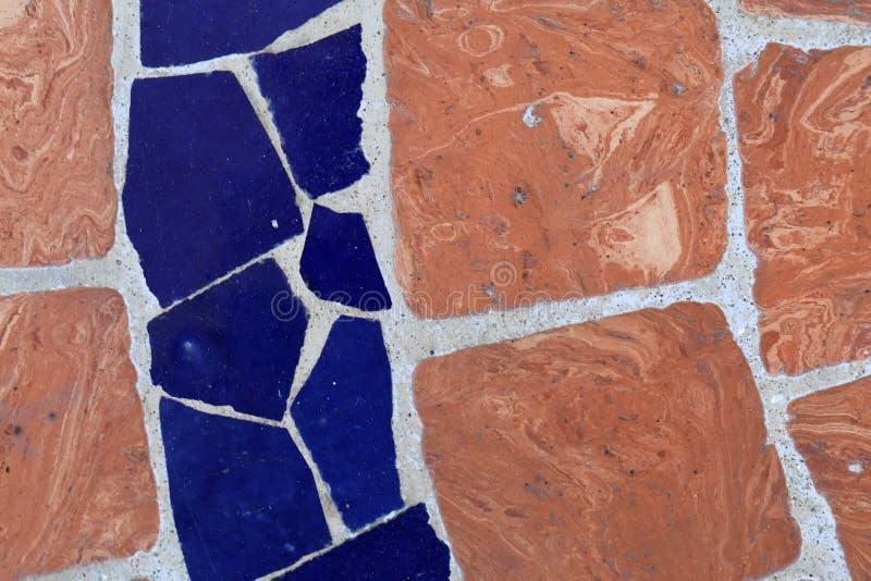 Plancher extérieur européen du sud fait de tuiles oranges et bleues photographie stock libre de droits