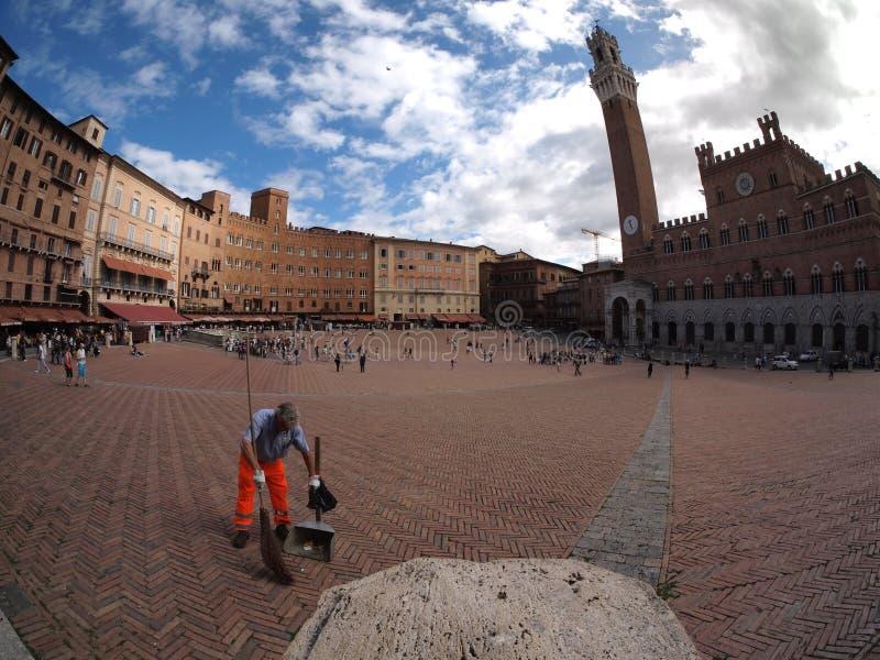 Plancher rapide d'homme dans la place dans Sienna photo stock