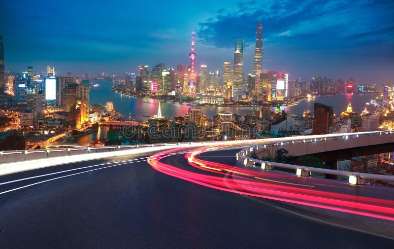 Plancher vide de route avec la vue aérienne à l'horizon de digue de Changhaï image stock