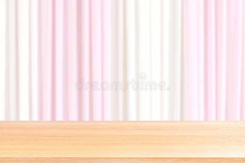 Planchers en bois vides de table sur le rideau rose-clair et blanc brouillé en contexte de mariage de tissu, rose avant vide en b images libres de droits