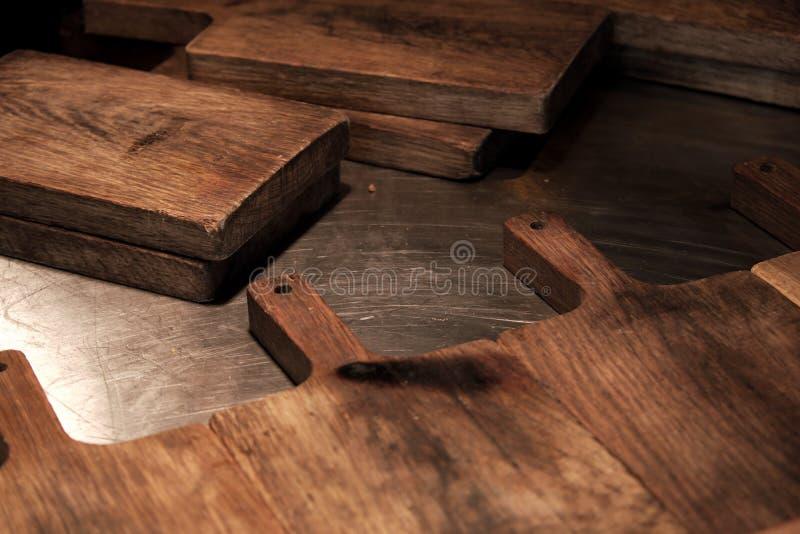 Planches à découper en bois au-dessus de serviette sur la table de cuisine en métal Vue supérieure photographie stock libre de droits