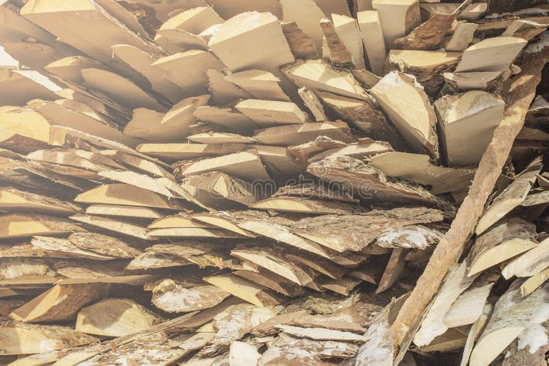 Planches brunes et grises en bois pliées dans une scierie Panneaux empilés d'aulne comme texture photos libres de droits