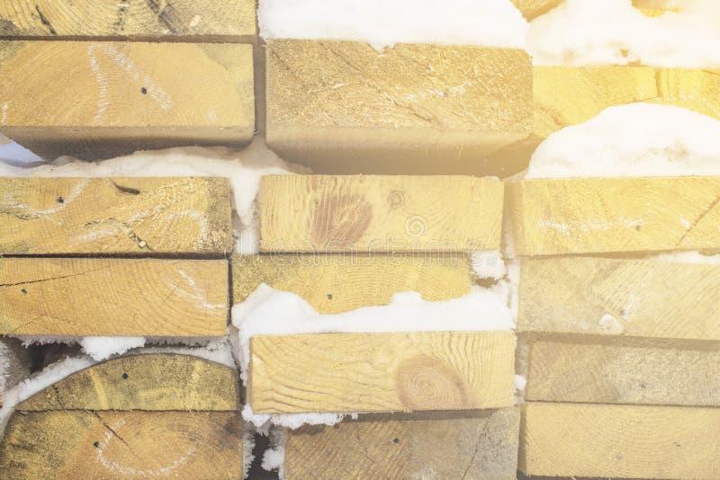 Planches brunes et grises en bois pliées dans une scierie Panneaux empilés d'aulne comme texture photographie stock