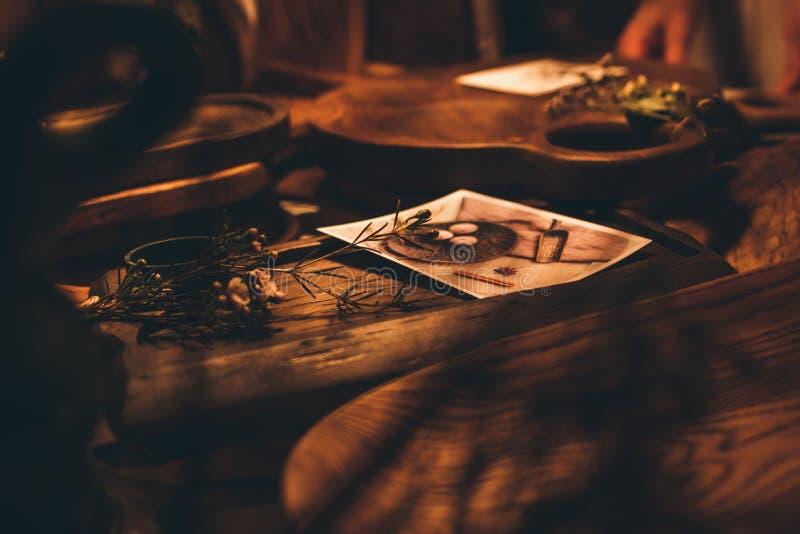 Planches ? d?couper faites main et plats en bois de vintage Vaisselle de cuisine en bois cuisine Brown, cru, bois photographie stock libre de droits
