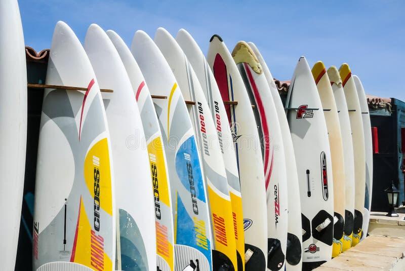 Planches de surf à l'entrée à la plage photo stock