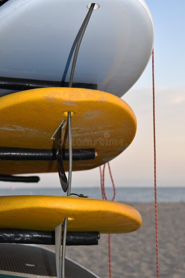 Planches de surf empilées sur une plage attendant un surfer image libre de droits