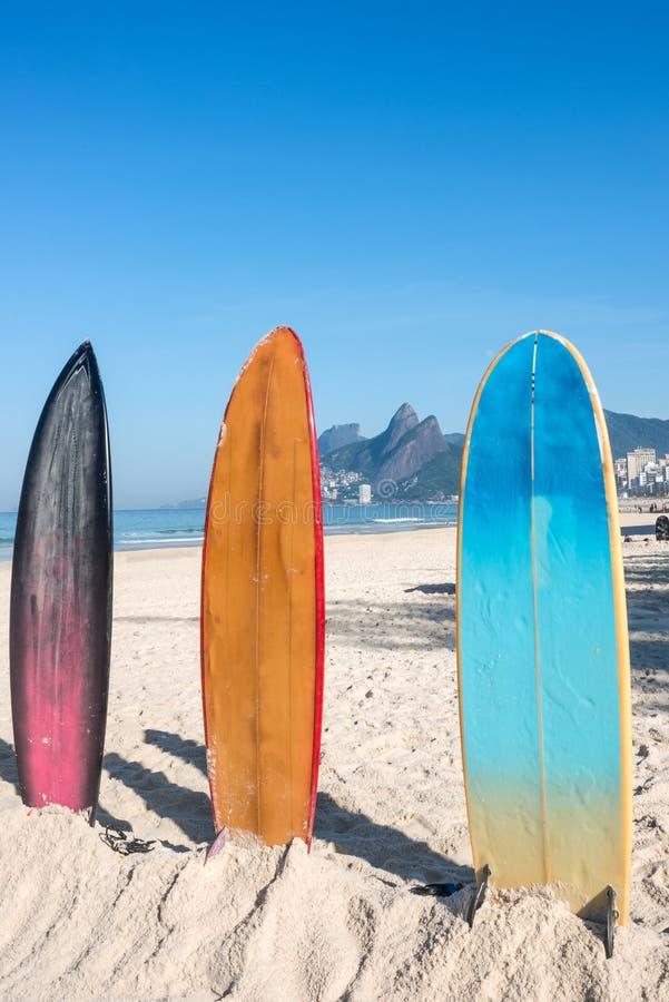 Planches de surf sur la plage d'Ipanema image libre de droits