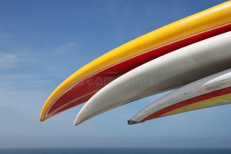 Planches de surfing sur l'armoire de toit photographie stock