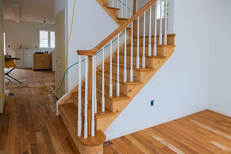 Planches en bois autour de la rénovation de balustrades d'escaliers de poteau pour la balustrade en bois pour des escaliers photos stock