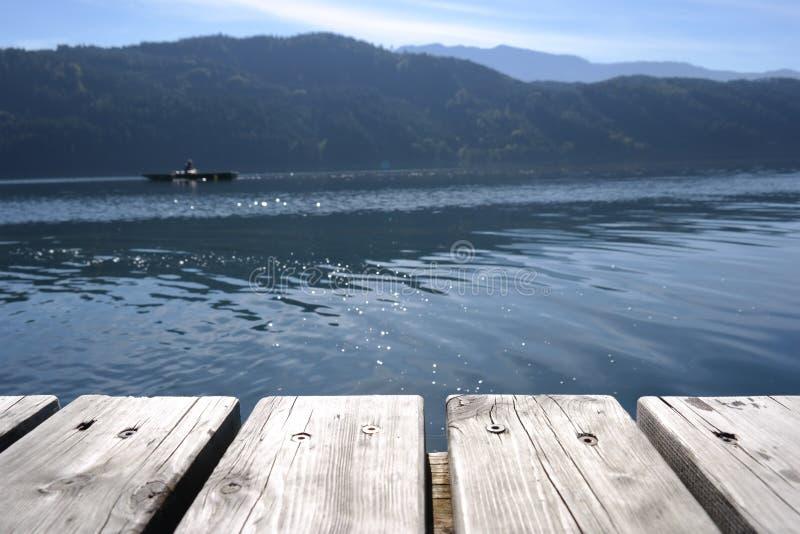 Planches en bois avec la personne dans le bateau photographie stock