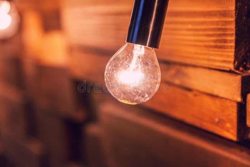 Planches en bois avec le fond de lampes Pi?ce int?rieure d?cor?e avec des lumi?res d'or images stock
