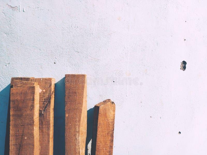 Planches en bois avec un mur photo stock