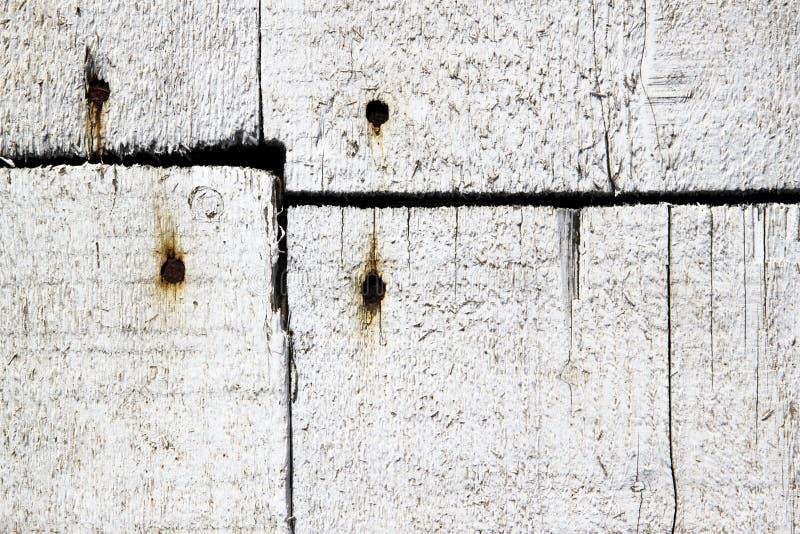 Planches en bois blanches clouées avec des clous photos libres de droits