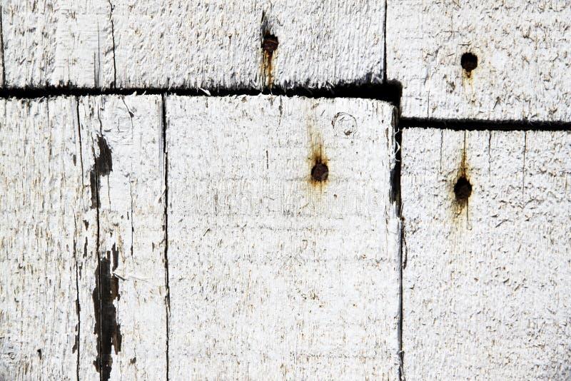 Planches en bois blanches clouées avec des clous photos stock