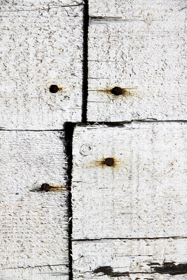 Planches en bois blanches clouées avec des clous photo stock