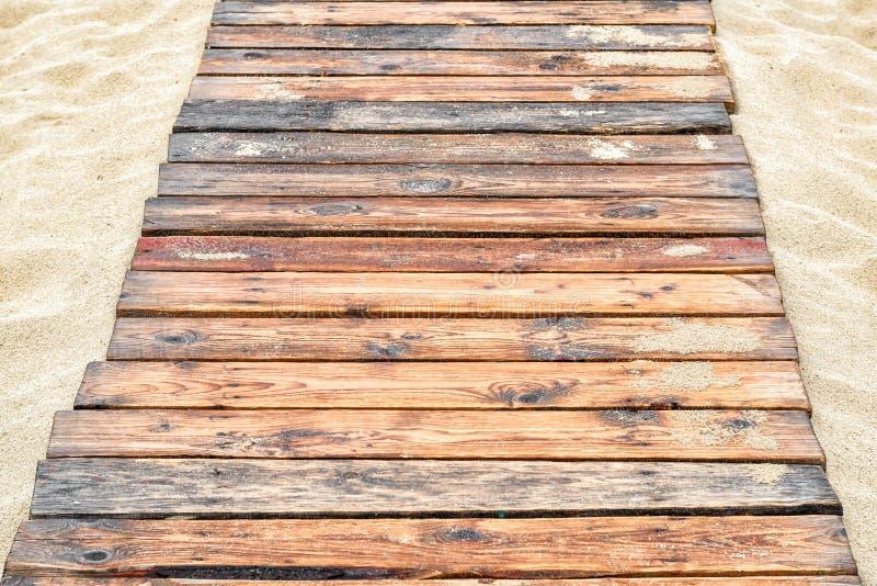 Planches en bois naturelles sur le sable pour le fond photographie stock libre de droits
