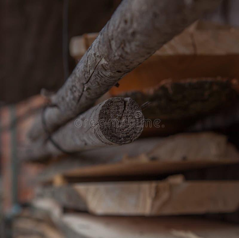Planches en bois pliées dans une scierie Conseils empilés comme texture photos stock