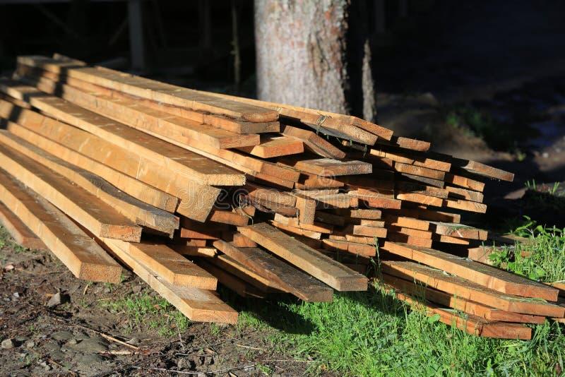 Planches en bois sur le pré photos libres de droits
