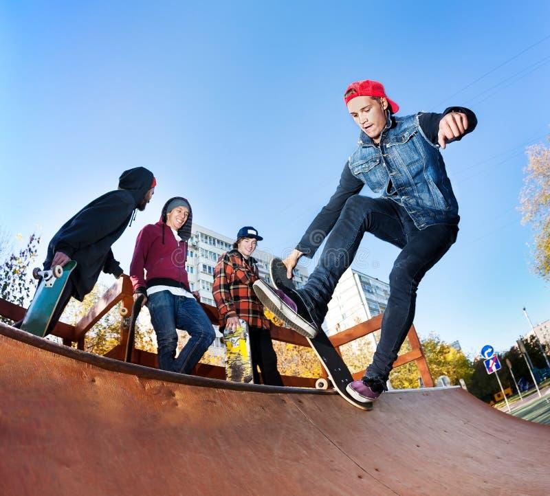 Planchiste dans le skatepark photographie stock libre de droits