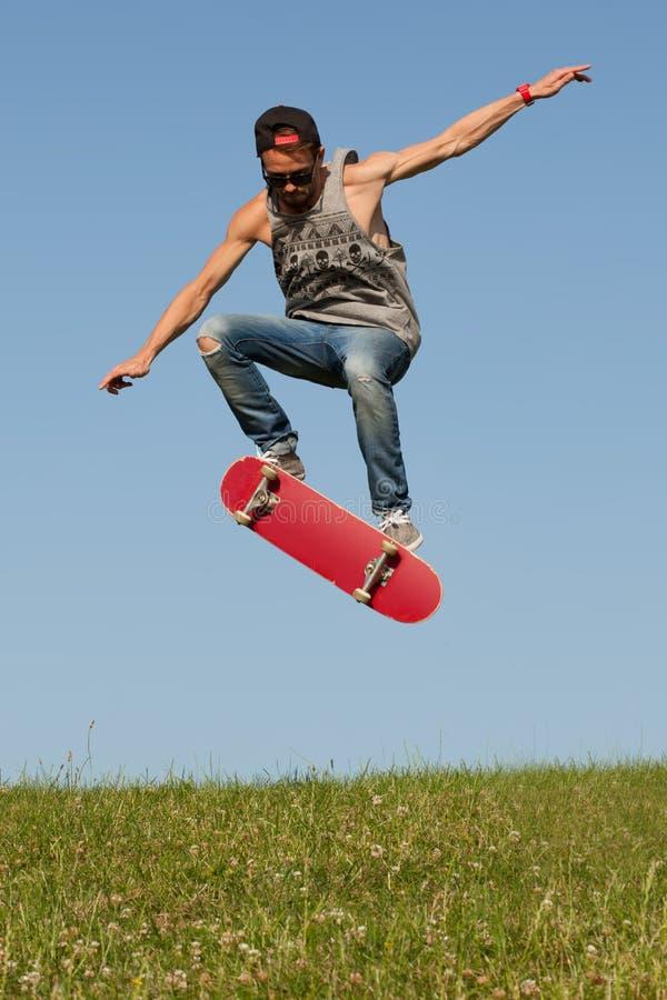 Planchiste sautant dans le ciel photos libres de droits