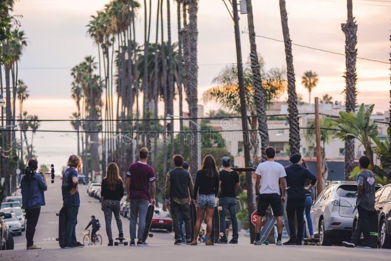 Planchistes près de Venice Beach au coucher du soleil images libres de droits
