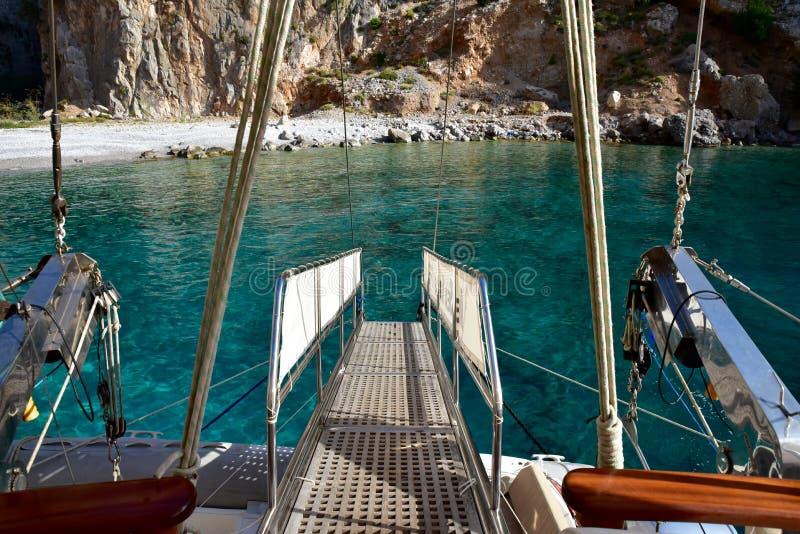 Download Plancia Di Gruppo Fuori Dalla Poppa Di Un Yacht Fotografia Stock - Immagine di plancia, vela: 56885606