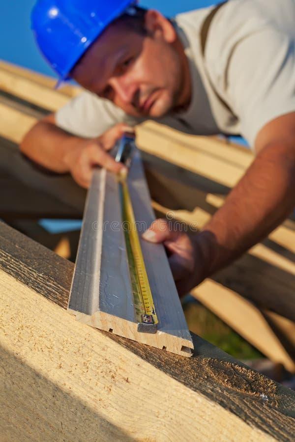 Planck de madera de medición del carpintero imagen de archivo libre de regalías