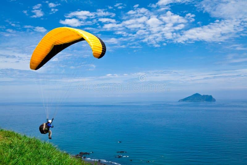 Planeador de caída colorido en cielo imagen de archivo