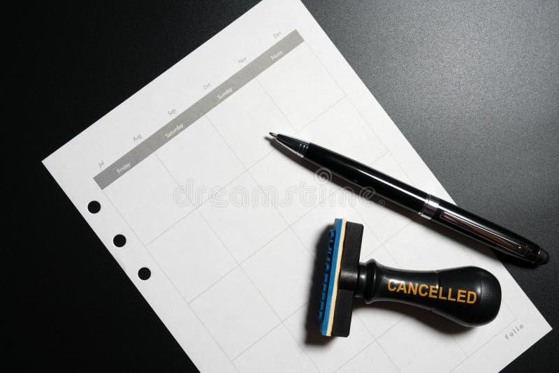 Planeamento cancelado, nomeação, programação, conceito da reunião Planeamento empresarial cancelado com calendário vazio, pena e  fotografia de stock