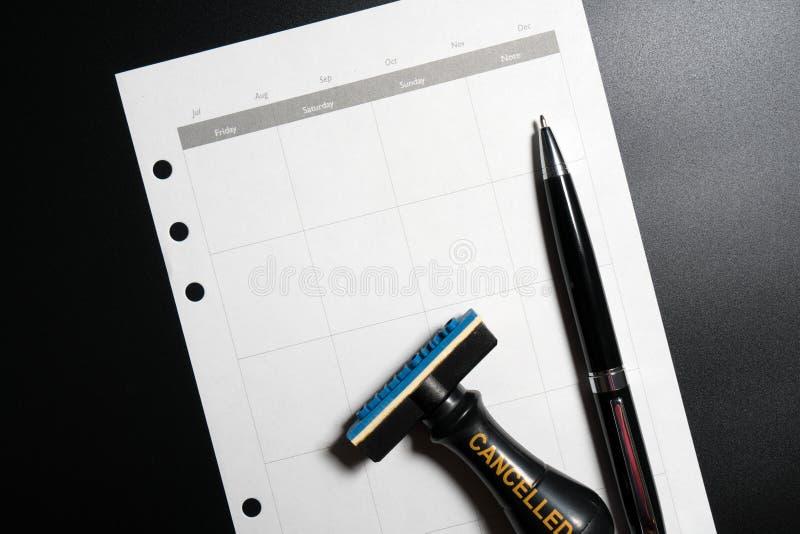 Planeamento cancelado, nomeação, programação, conceito da reunião Planeamento empresarial cancelado com calendário vazio, pena e  imagem de stock royalty free