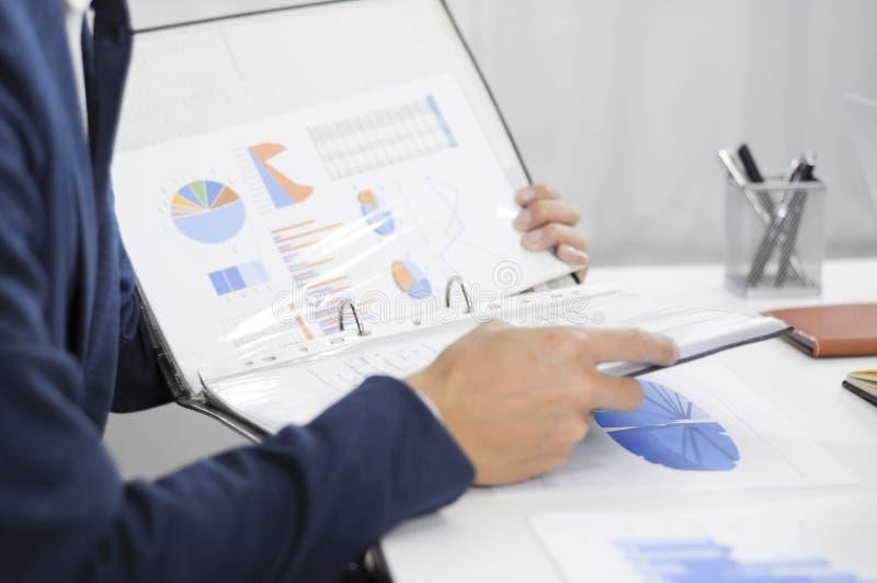 Planeamento da contabilidade, gestão de investimento, encontrando consultantes, revisão da gestão, apresentação das ideias imagens de stock royalty free