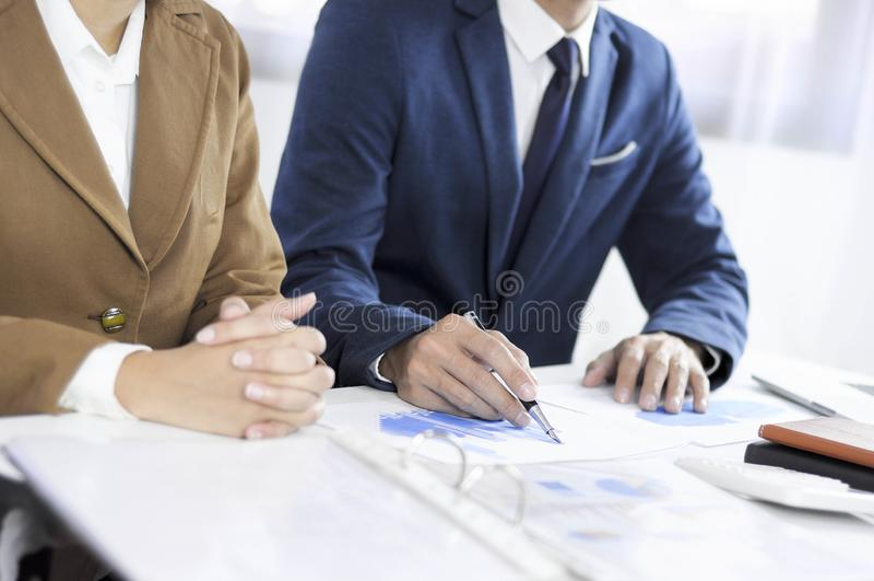 Planeamento da contabilidade, gestão de investimento, encontrando consultantes, revisão da gestão, apresentação das ideias fotografia de stock
