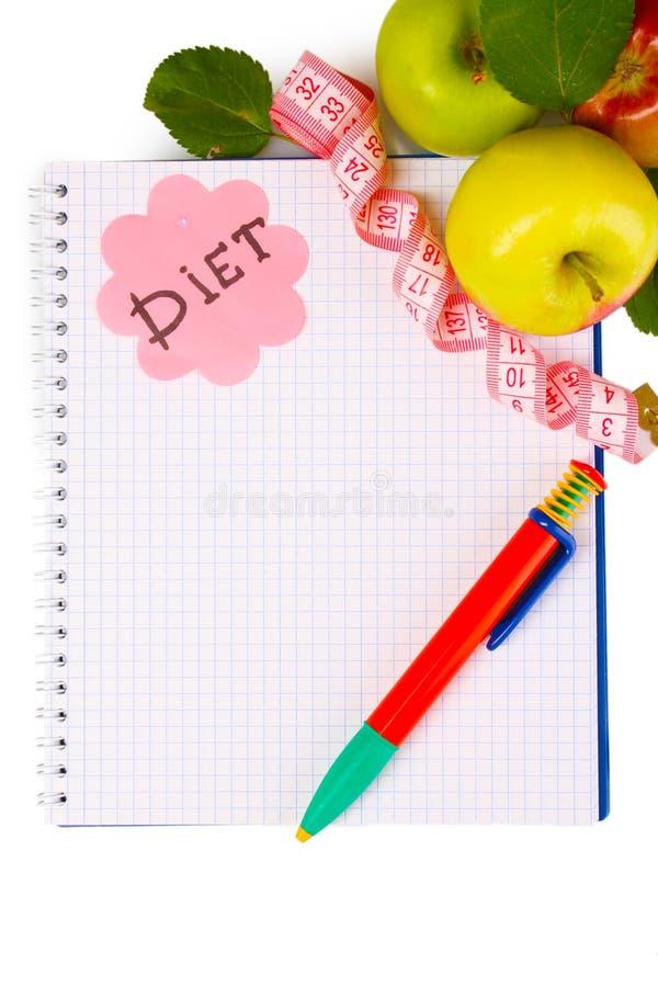 Planeamento da dieta. Caderno, lápis e maçãs fotos de stock