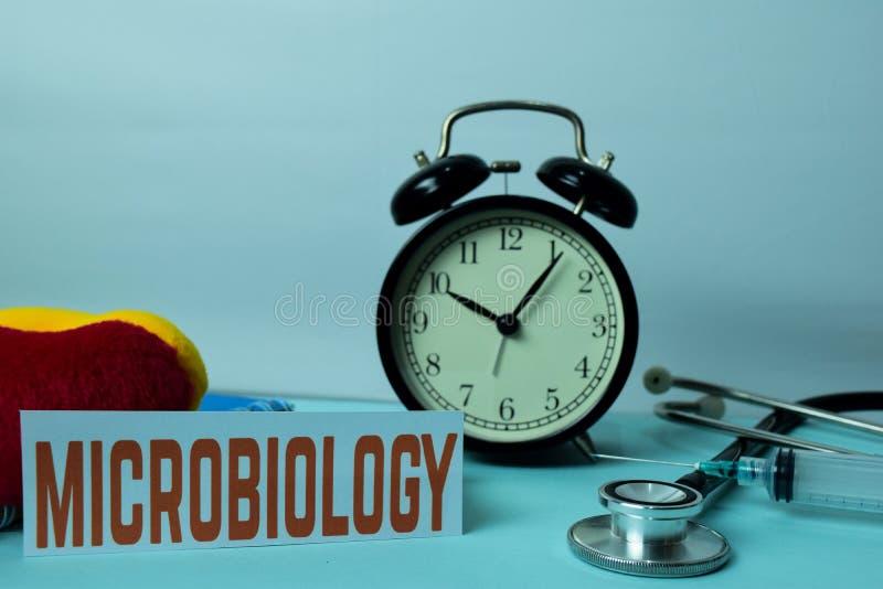 Planeamento da microbiologia no fundo da tabela de funcionamento com materiais de escritório r fotografia de stock royalty free