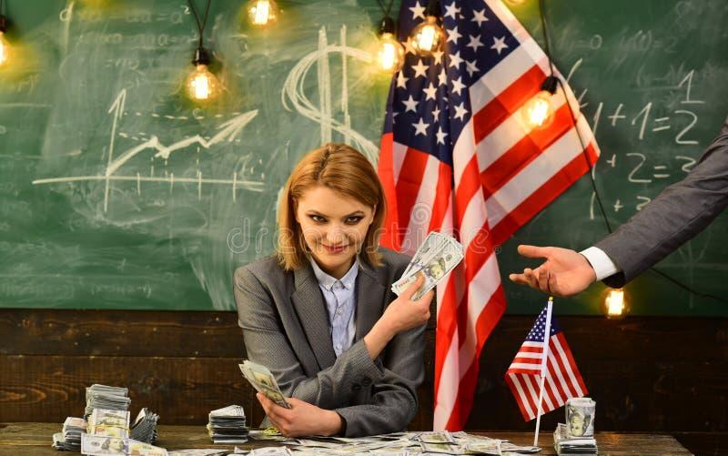 Planeamento da renda da política do aumento de orçamento corruption Reforma americana da educação o 4 de julho Mulher com dinheir fotos de stock