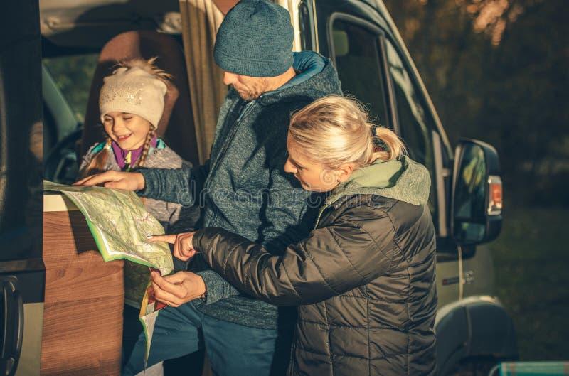 Planeamento da viagem do campista da família foto de stock