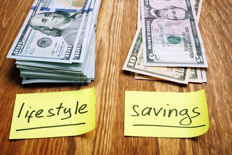 Planeamento de finanças pessoais Duas pilhas de estilo de vida e de economias do dinheiro foto de stock royalty free