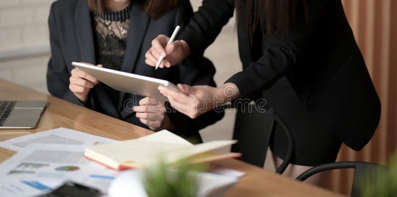 Planeamento de trabalho de Team Coworker do negócio com o colega no escritório imagem de stock